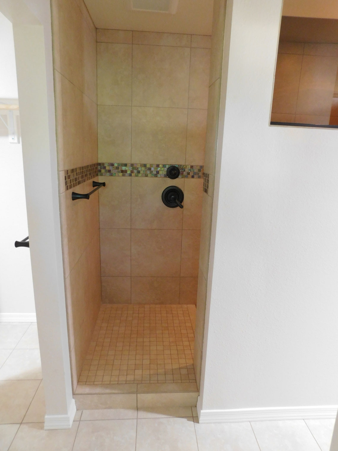 BHB-Behrmann-Home-Basics-Mesa-master-Shower-Entrance-web